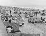 c12211 holidaymakers mundesley beach.jpg